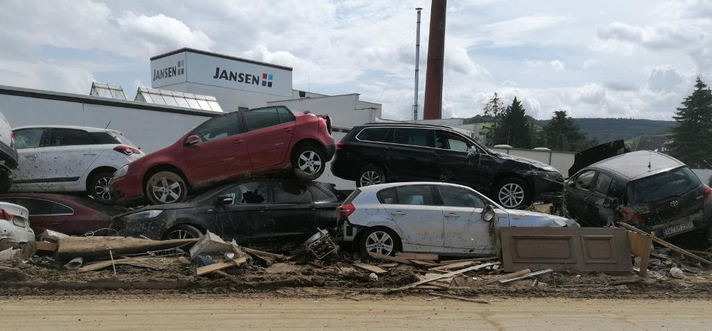 Angespülte Autos in Ahrweiler.